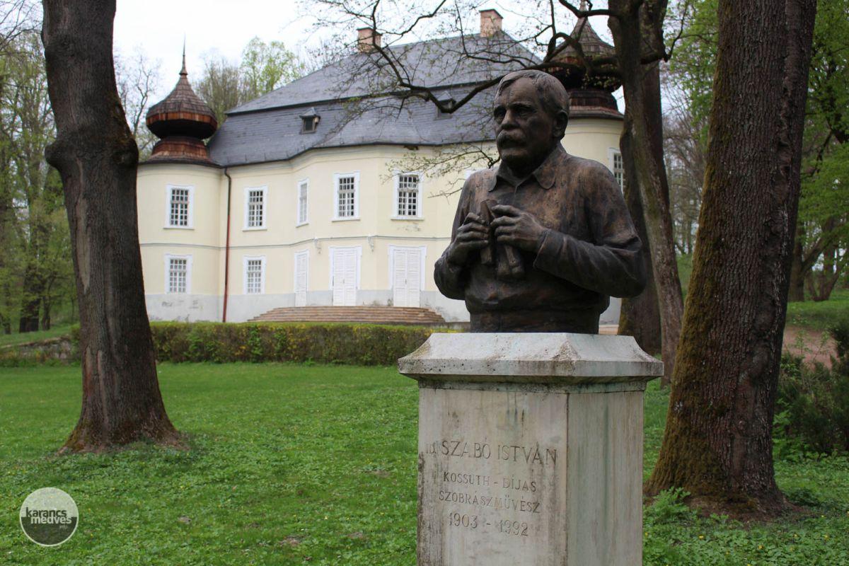 id. Szabó István szobra a Gyürky-Solymossy-kastély kertjében (karancs-medves.info fotó: Kéri István)