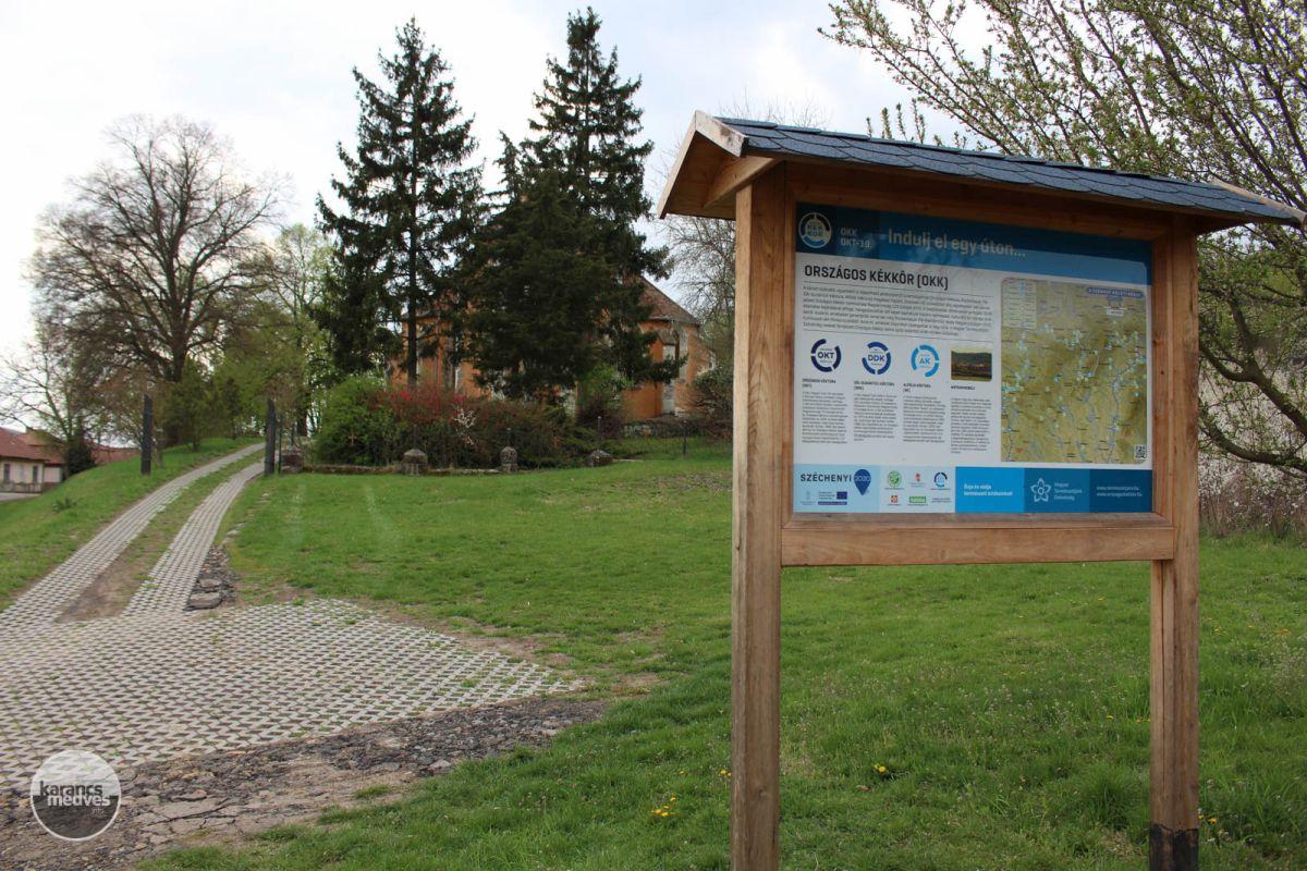 Az Országos Kékkör információs táblája a templom előtt (karancs-medves.info fotó: Kéri István)