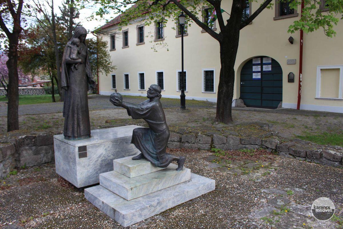 Szent István felajánlja a koronát Szűz Máriának (karancs-medves.info fotó: Kéri István)