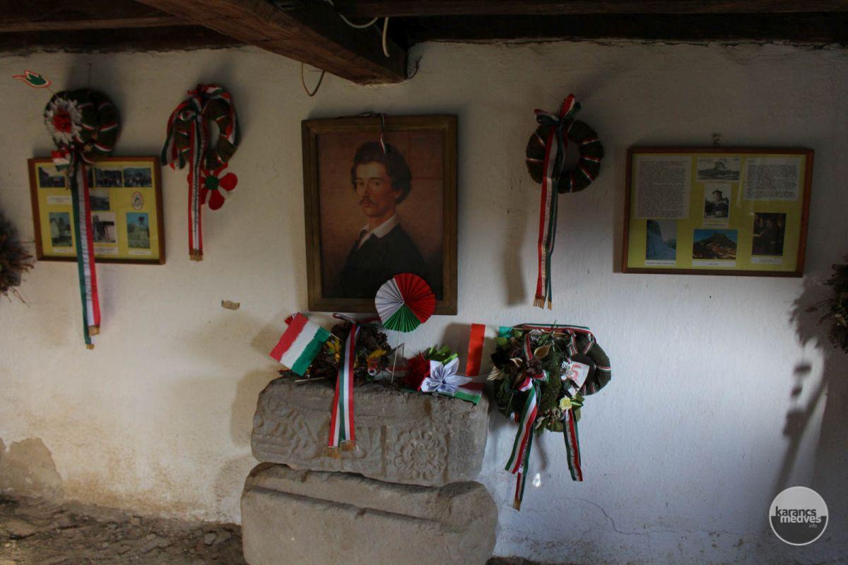 A Petőfi kunyhó szabadon látogatható (karancs-medves.info fotó: Kéri István)