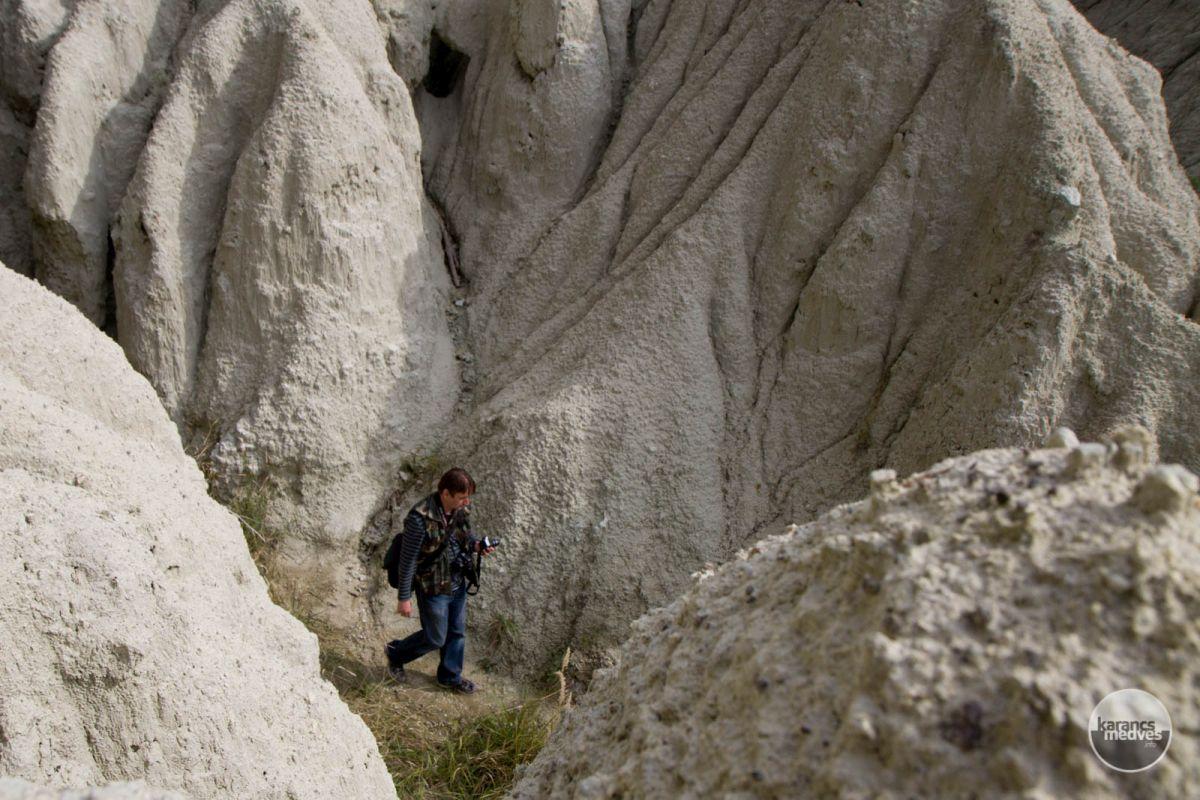 Túrázó a kazári riolittufánál (karancs-medves.info fotó: Drexler Szilárd)