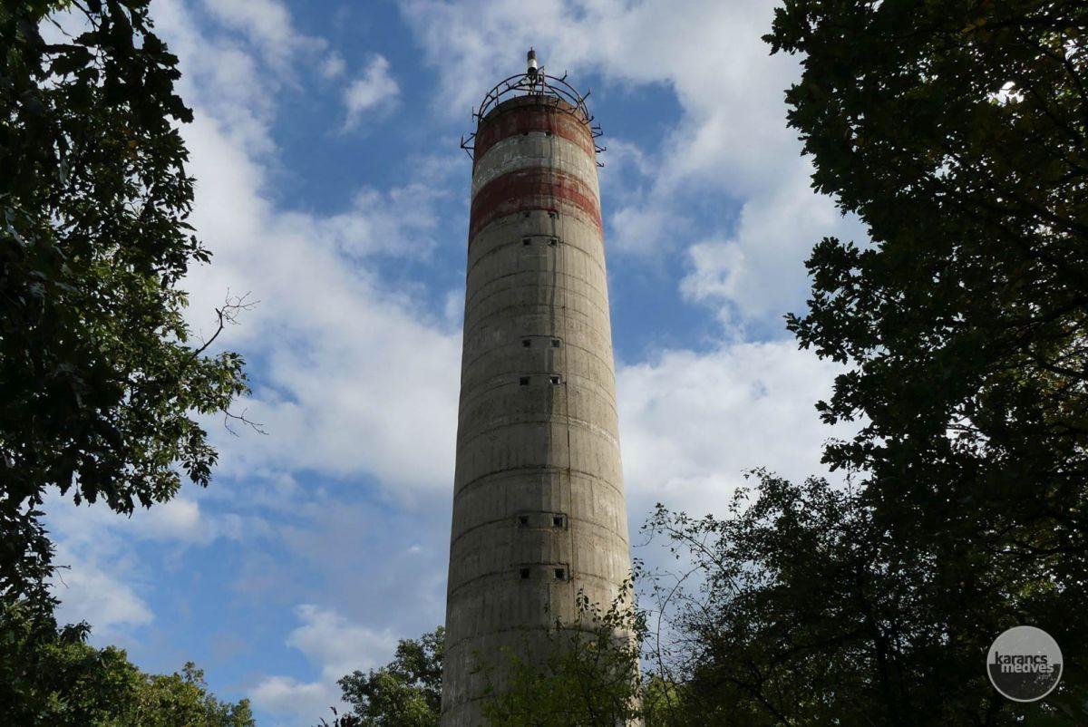 Geodéziai torony a Nagy-hársas tetején (karancs-medves.info fotó: Kővári József)