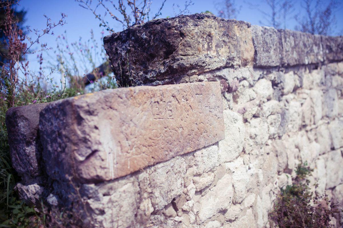 A pillérek és a hídkorlát fedlapjai vörös homokkőből készültek (Fotó: Nógrádikumok)
