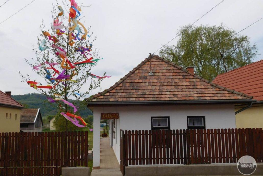 Májusfa a Karancslapujtői Tájház kerítésén (karancs-medves.info fotó: Karancslapujtői Tájház)