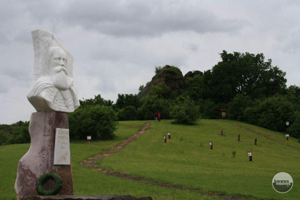 Kubinyi Ferenc szobra Bagalyas-kőnél (karancs-medves.info fotó: Kéri István)