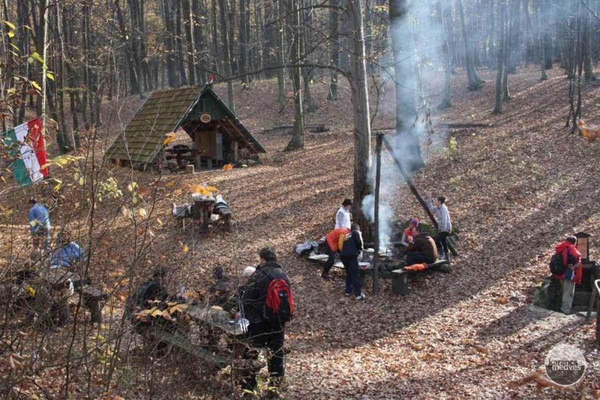 Kiemelt fotó: Kirándulók a Dobos-kútnál (karancs-medves.info fotó: Kéri István)