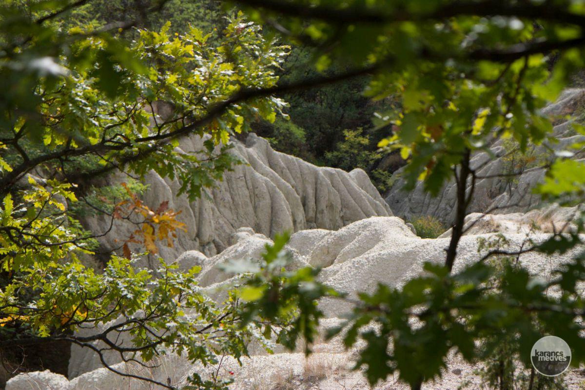 Kiemelt fotó: A kazári riolittufa (karancs-medves.info fotó: Drexler Szilárd)