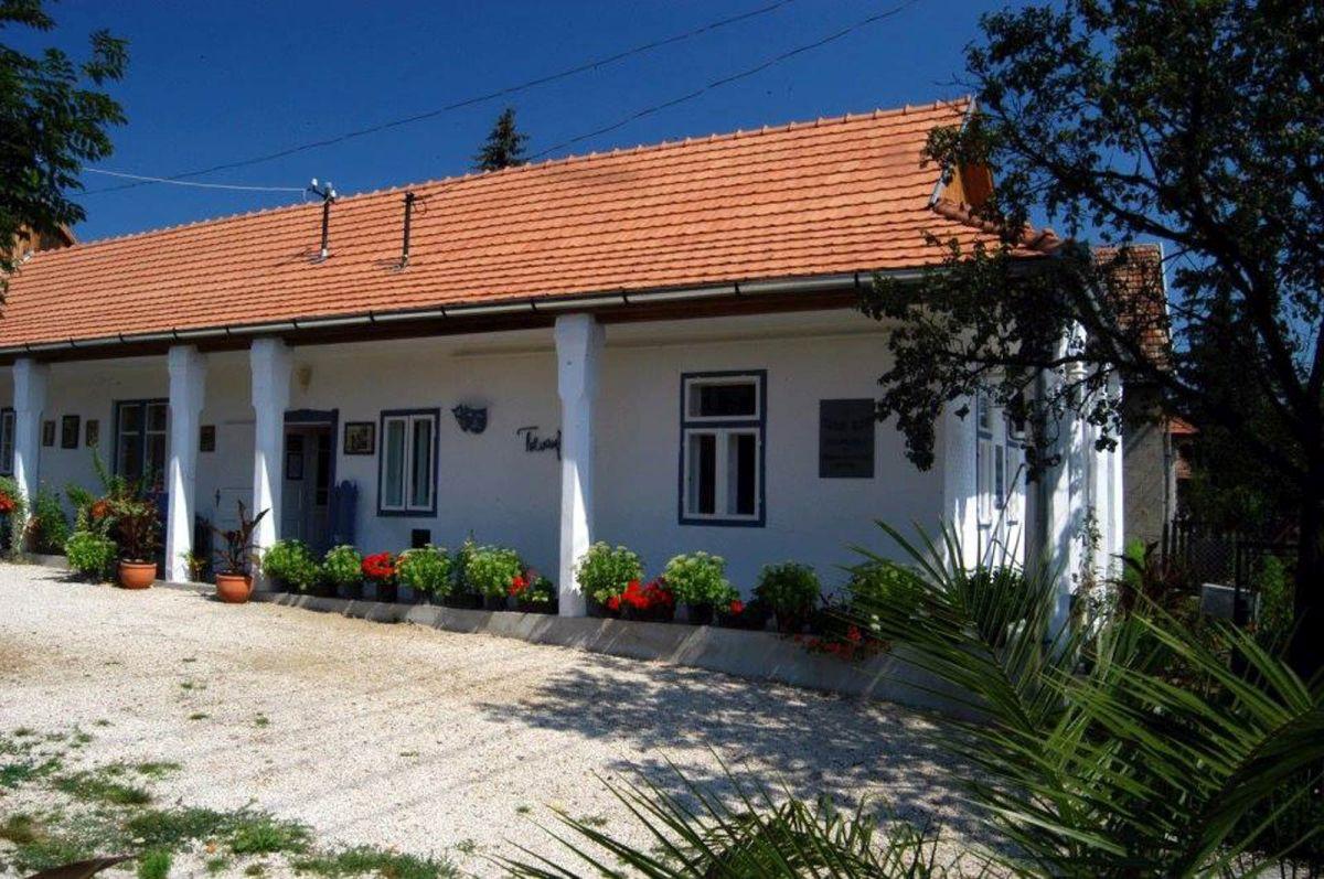 Kiemelt fotó: A Tolnai Klári Emlékház mohorai épülete (Fotó: Tolnai Klári Emlékház)