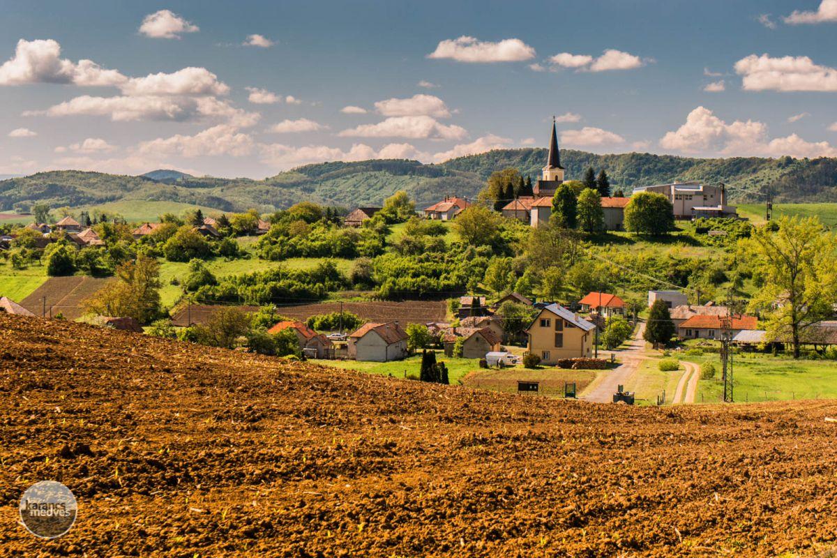 Kiemelt fotó: A hegyek előtt magasodik a Szent István római katolikus templom tornya (karancs-medves.info fotó: Micsuda András)