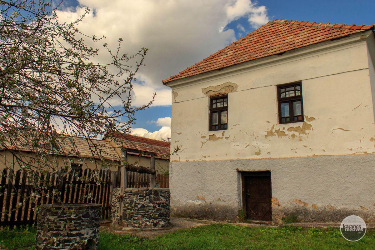Kiemelt fotó: A Medveshidegkúti Tájház (karancs-medves.info fotó: Micsuda András)
