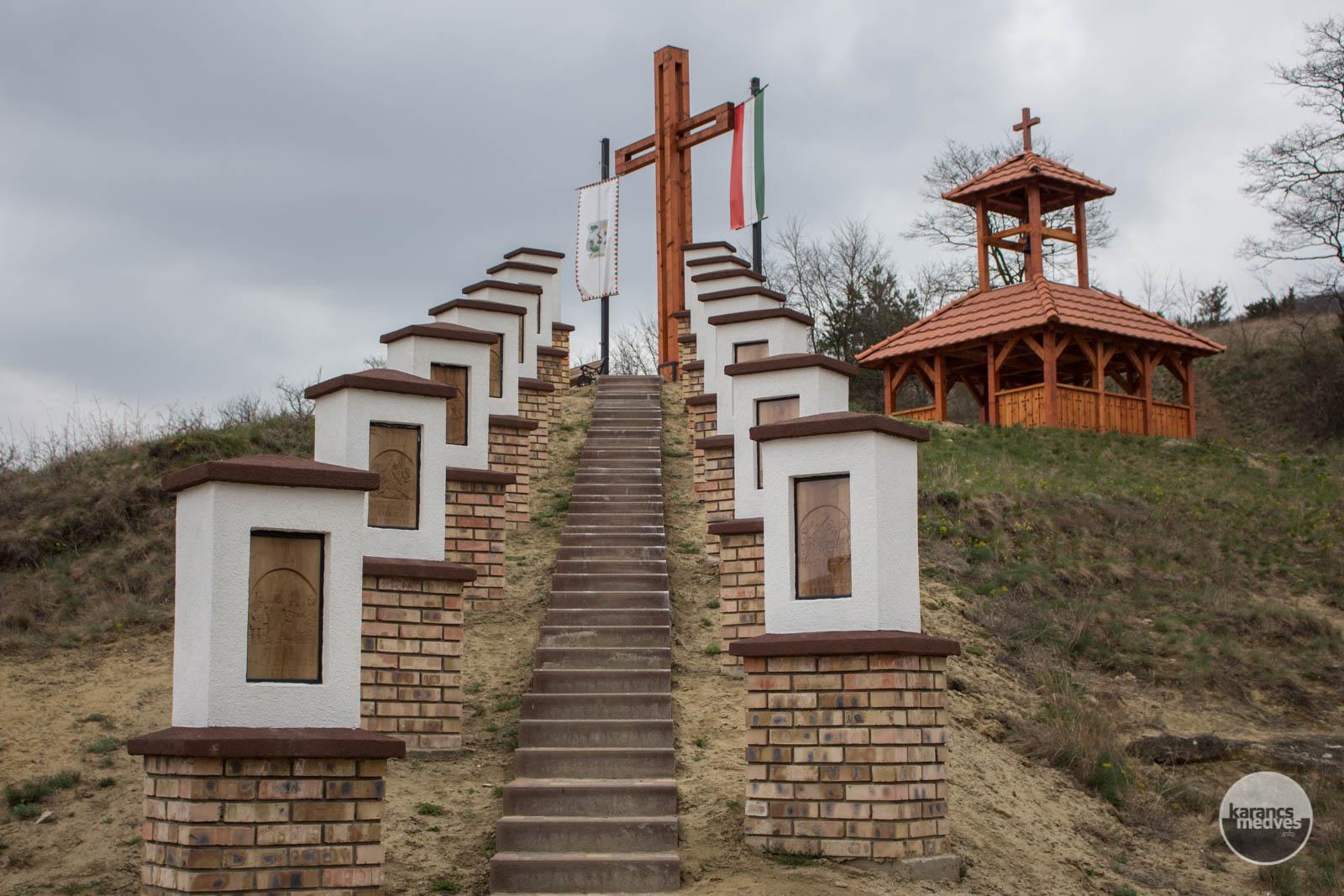 Keresztút és harangláb a Zsához-tetőn 2021. áprilisában (karancs-medves.info fotók: Kéri István)