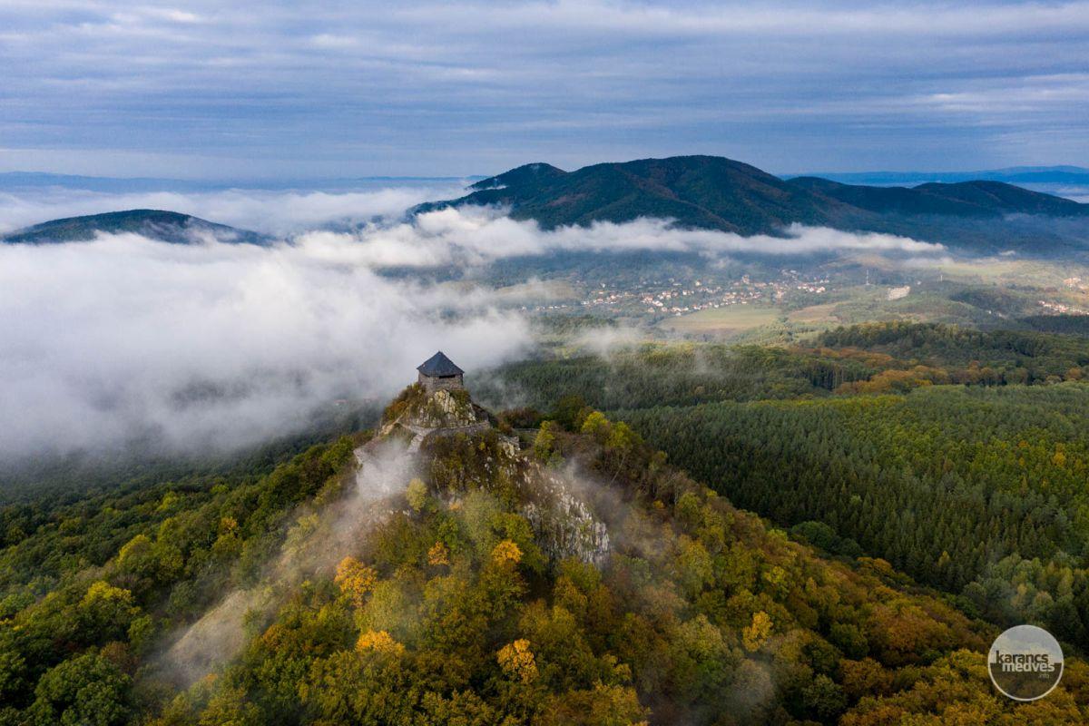 Kiemelt fotó: Salgó vára, háttérben a Karancs tömbje (karancs-medves.info fotó: Komka Péter)