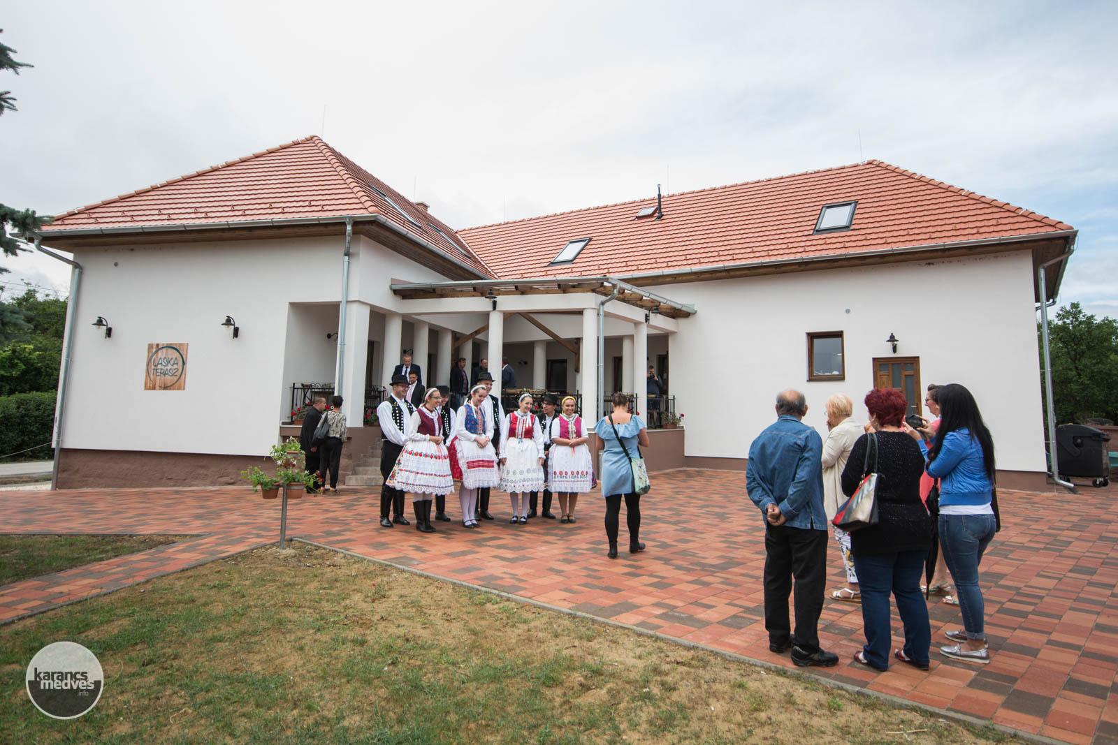 karancs-medves.info fotó: Ünnepélyes keretek között nyitották meg a Laska Teraszt Kazáron