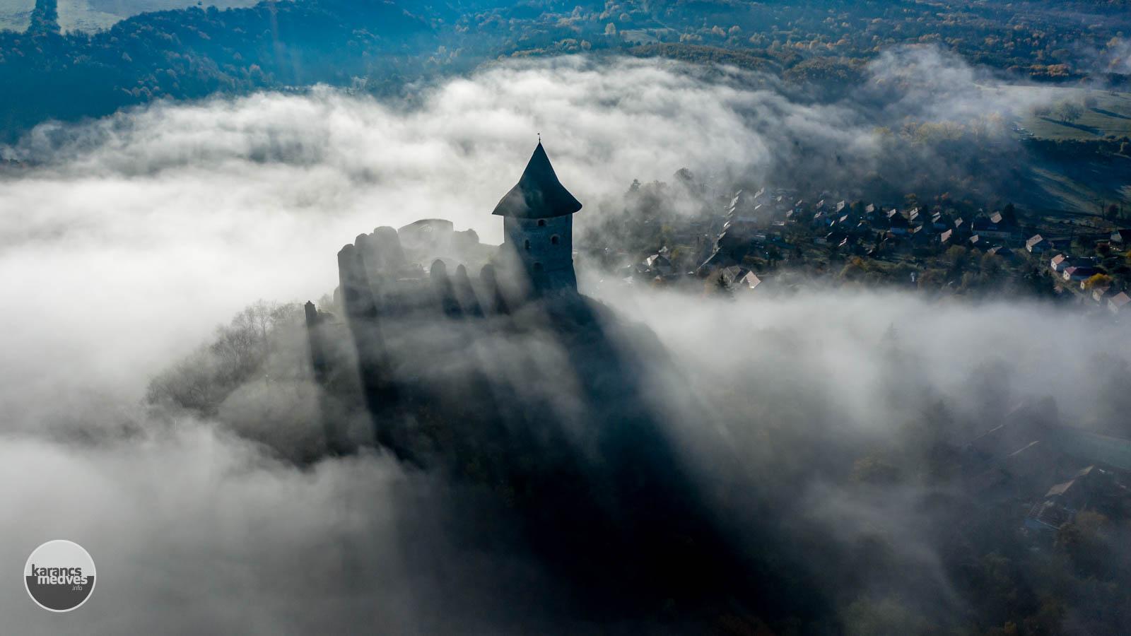 Őszi ködben Somoskő vára (karancs-medves.info fotó: Komka Péter)